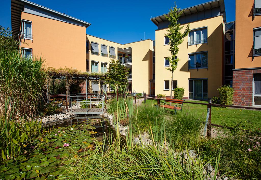 """Seniorenheim """"Am Park"""" in Böhlen Außenansicht mit Gartenteich"""